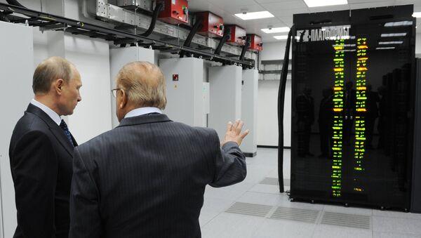 Vladímir Putin y Víctor Sadóvhichi examinan la supercomputadora de la Universidad Lomonósov - Sputnik Mundo