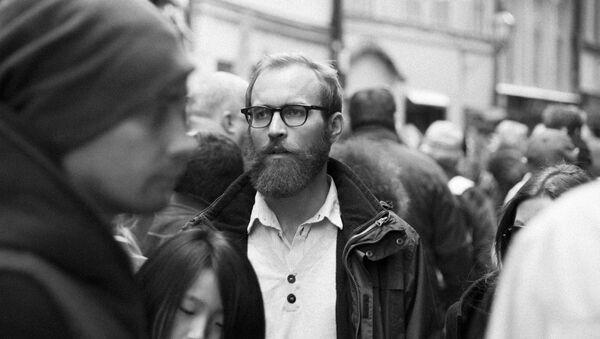 Un hombre entre una multitud de gente - Sputnik Mundo