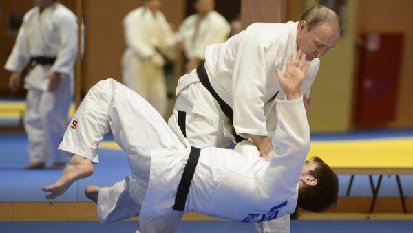 Vladímir Putin practicano judo - Sputnik Mundo