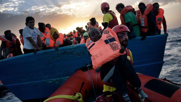 Inmigrantes en el mar Mediterráneo (imagen referencial) - Sputnik Mundo