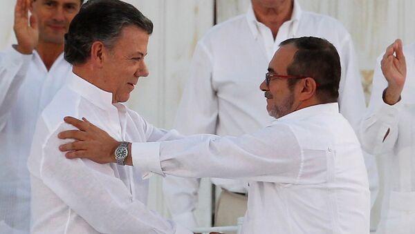 El presidente colombiano, Juan Manuel Santos, y el líder de las FARC, Rodrigo Londoño alias Timochenko durante la firma del Acuerdo Final sobre la Paz en Cartagena (archivo) - Sputnik Mundo