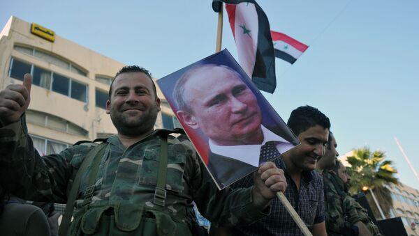 Militares sirios con los retratos de Putin en la ciudad de Tartus - Sputnik Mundo