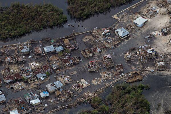 La imagen del 6 de octubre de 2016 muestra los daños causados en la costa oeste de Haití por el huracán Matthew, que se cobró la vida de más de 1.000 personas. - Sputnik Mundo