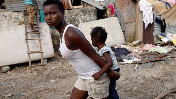 La mujer con un niño en Haití - Sputnik Mundo