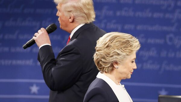 Donald Trump y Hillary Clinton durante el debate - Sputnik Mundo