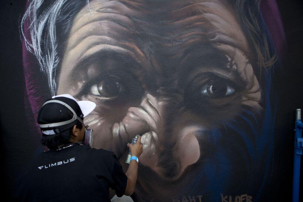 El pintor mexicano Raptor trabajando