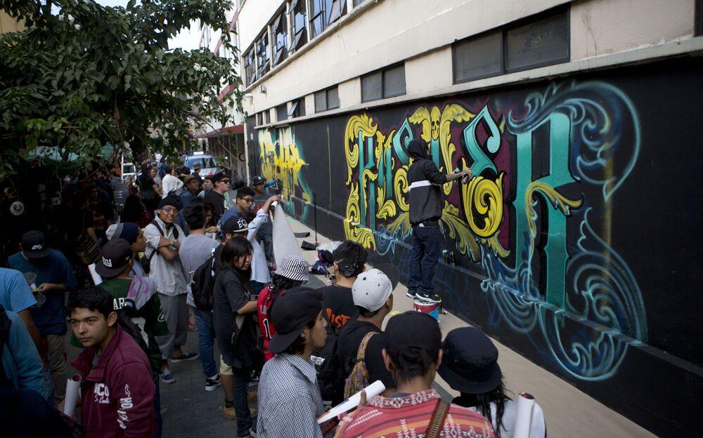 Espectadores mirando el trabajo del artista mexicano Buster