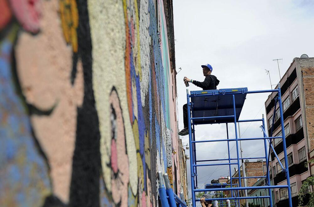 El pintor francés Astro en el festival de grafiti en Ciudad de México