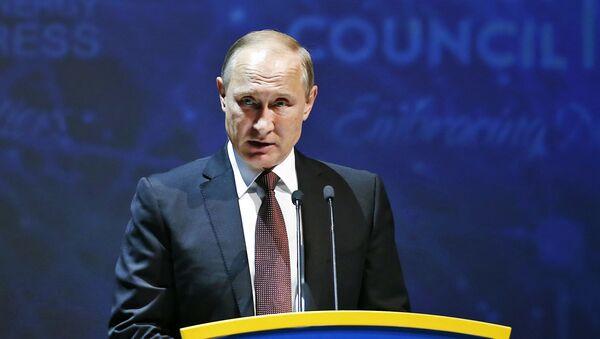 El presidente ruso, Vladímir Putin, durante su discurso en el Congreso Mundial de Energía en Estambul, el 10 de octubre de 2016 - Sputnik Mundo