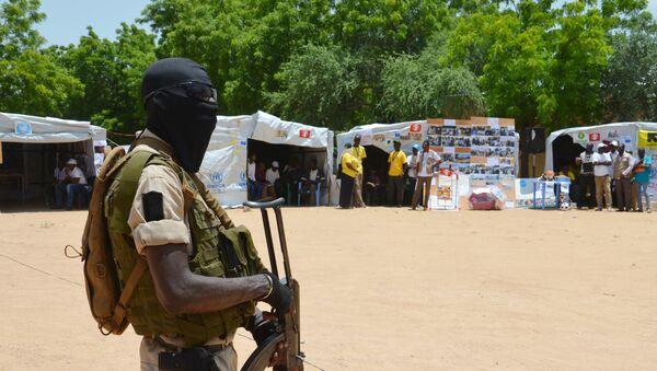 Un soldado de Níger cerca a un punto de información para gente desplazada (archivo) - Sputnik Mundo