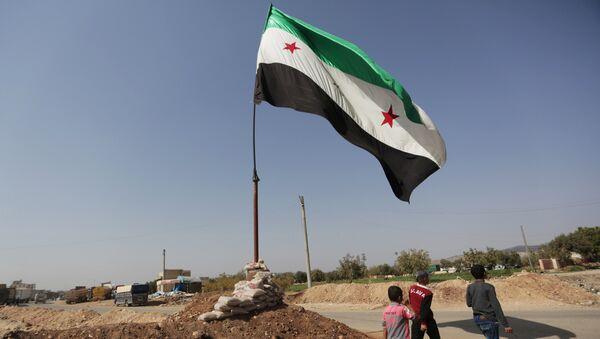 La bandera de la oposición siria (archivo) - Sputnik Mundo