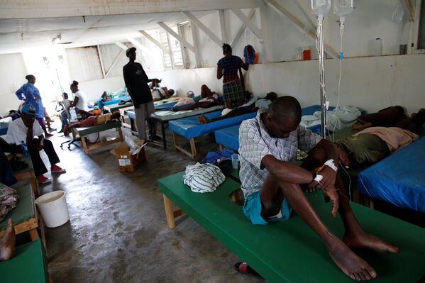 Atención de pacientes en un hospital de Haití tras el paso del huracán Matthew en 2016. - Sputnik Mundo
