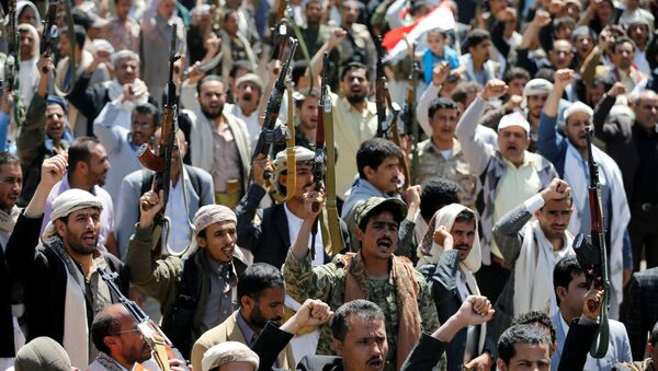 Armed people demonstrate outside the United Nations offices against Saudi-led air strikes on funeral hall in Sanaa, the capital of Yemen, October 9, 2016. - Sputnik Mundo