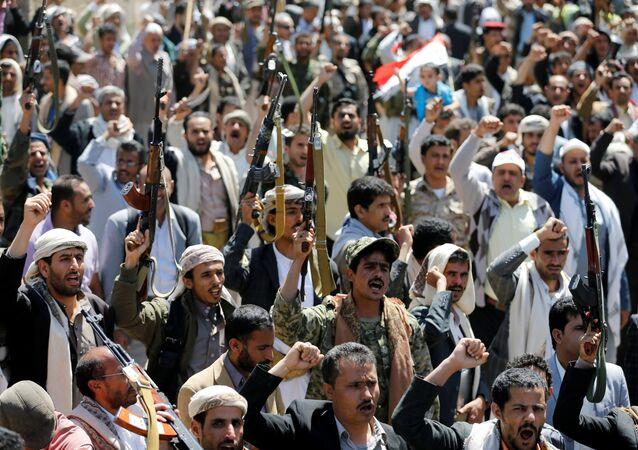 Los manifestantes armados cerca de la oficina de la ONU protestan contra los bombardeos saudíes, el 9 de octubre 2016.