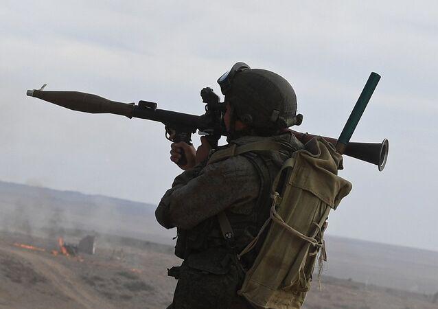 Militar ruso apunta su lanzagranadas RPG-7 durante las maniobras