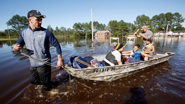 Socorristas evacúan a una familia en Carolina del Norte, EEUU, tras el paso del huracán Matthew - Sputnik Mundo