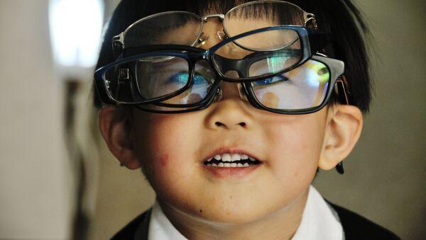Un chico en gafas - Sputnik Mundo
