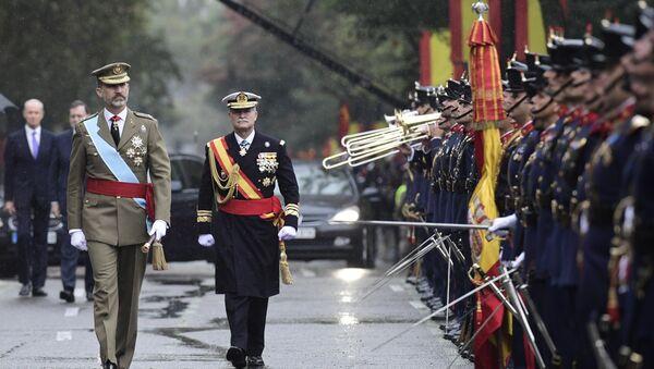 Rey de España Felipe VI durante un desfile militar - Sputnik Mundo