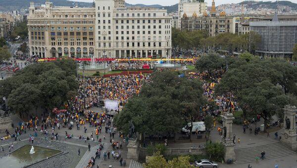Manifestación en Barcelona contra la independencia de Cataluña en el Día de la Fiesta Nacional de España - Sputnik Mundo