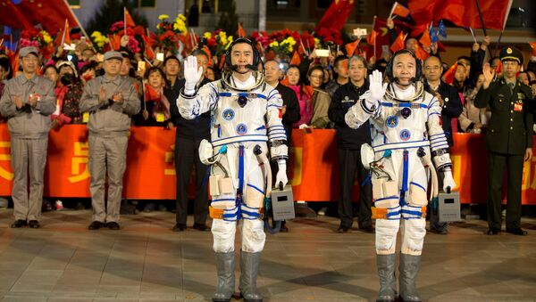 Astronautas chinos Chen Dong y Jing Haipeng antes del lanzamiento de la Shenzhou-11 - Sputnik Mundo