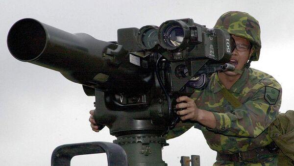 Un militar opera el sistema antitanque TOW (archivo) - Sputnik Mundo