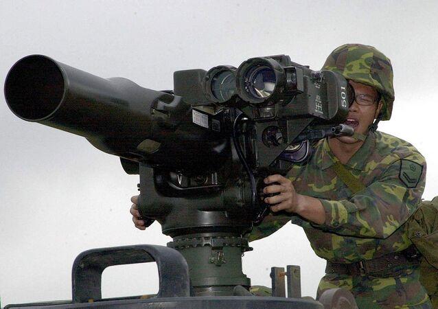 Un militar opera el sistema antitanque TOW (archivo)