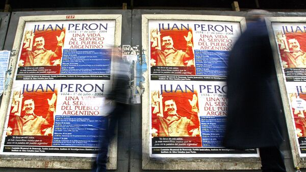Las personas pasan por las carteles de Juan Domingo Perón - Sputnik Mundo