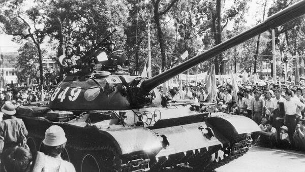 El desfile de las tropas blindadas con motivo de la liberación de Vietnam del Sur - Sputnik Mundo