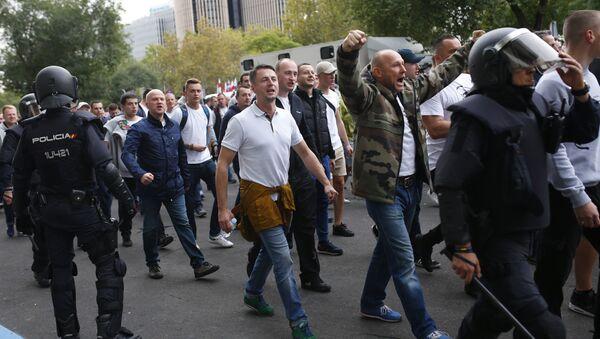 Hinchas polacos llegando al estadio Santiago Bernabeu en Madrid - Sputnik Mundo