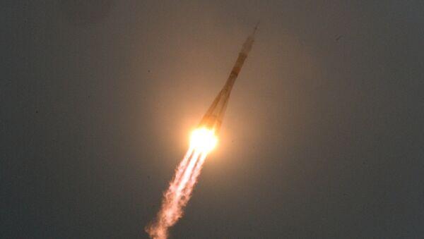 Una nave espacial Soyuz parte a la EEI (archivo) - Sputnik Mundo