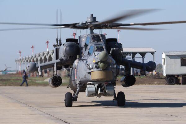Cazador nocturno en acción. Ejercicios del regimiento de helicópteros en la región de Krasnodar. - Sputnik Mundo