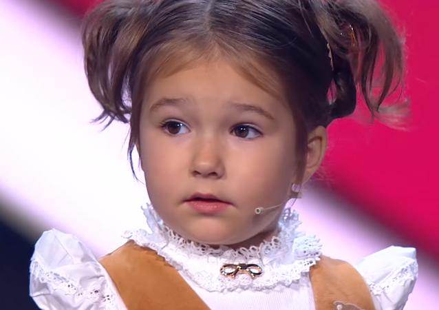 Bella Devyatkina durante su presentación en un programa de talentos de la televisión rusa