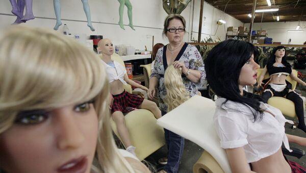 Una mujer trabaja en la fábrica de muñecas sexuales, RealDoll - Sputnik Mundo