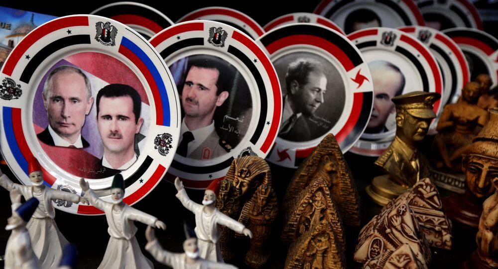 Platos de porcelana que llevan retratos del presidente sirio Bashar al-Asad y su homólogo ruso Vladímir Putin