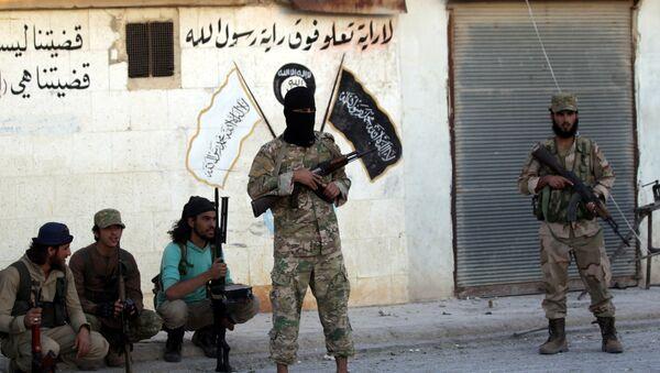 Los combatientes de los grupos armados cerca de la simbólica de Daesh en la provincia de Alepo, Siria - Sputnik Mundo