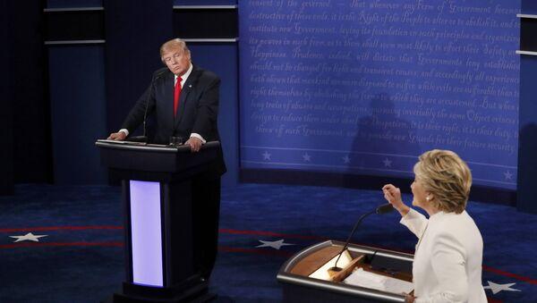 Donald Trump y Hillary Clinton durante los debates - Sputnik Mundo