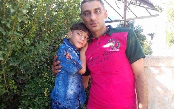 Alaa Al-Khaderi, padre de la familia con su hijo fallecido durante el incendio - Sputnik Mundo