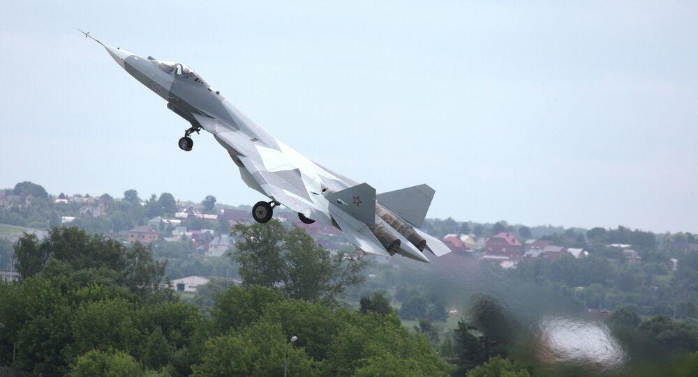 Uno de los prototipos del caza ruso Su-57, conocido también como T-50 y PAK FA, durante el despegue (archivo)
