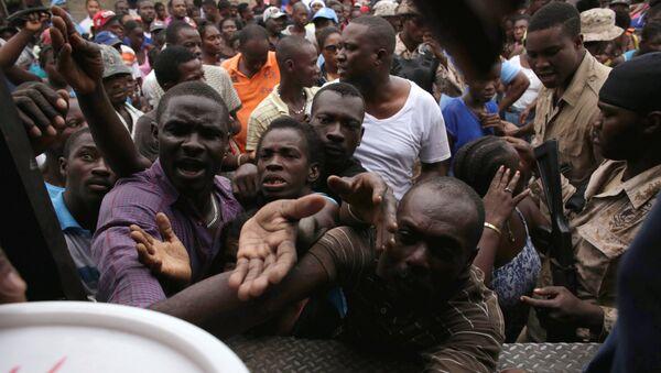 Los haitianos reciben ayuda tras el huracán Matthew - Sputnik Mundo