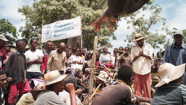 Personas esperan la distribución de comida en el sur de Madagascar (archivo) - Sputnik Mundo
