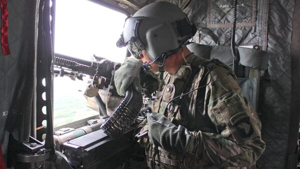 A U.S. Army crew chief, assigned to 101st Combat Aviation Brigade, 101st Airborne Division (Air Assault) - Sputnik Mundo