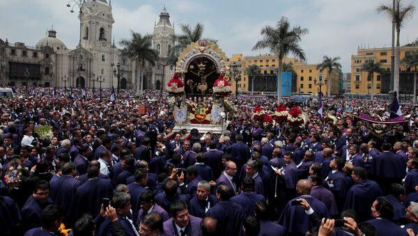 Procesión en honor al Señor de los Milagros, en Peru - Sputnik Mundo