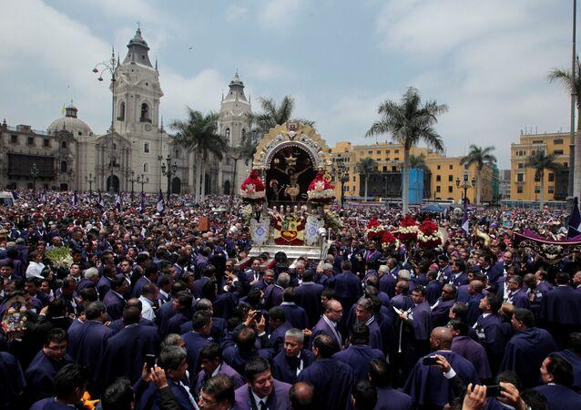 Procesión en honor al Señor de los Milagros, en Peru