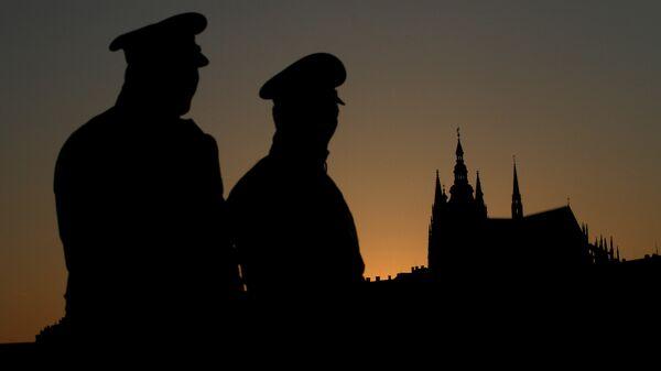 Czech policemen stand guard backdropped by Prague's castle - Sputnik Mundo