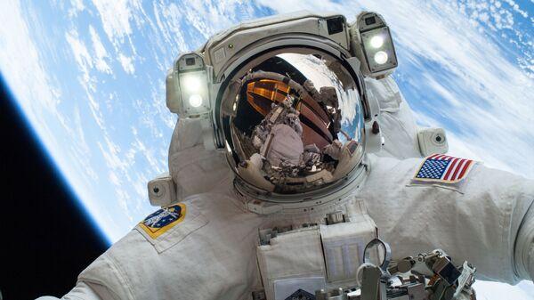 Un astronauta en el espacio, foto referencial - Sputnik Mundo