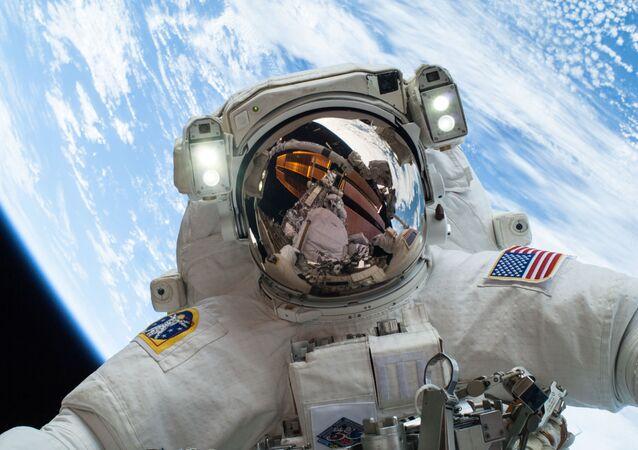 Astronauta en el espacio, foto referencial