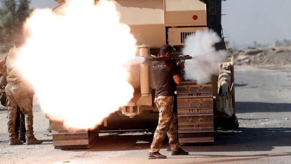 Soldado iraquí realiza un ataque contra Daesh en Mosul - Sputnik Mundo