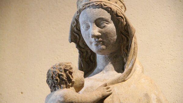 Una escultura del niño Jesús y la Virgen María - Sputnik Mundo