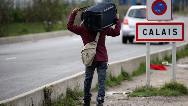 Un refugiado en Calais, Francia - Sputnik Mundo