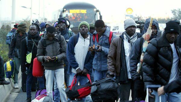 Los refugiados antes del inicio de la evacuación del campo de refugiados en Calais - Sputnik Mundo